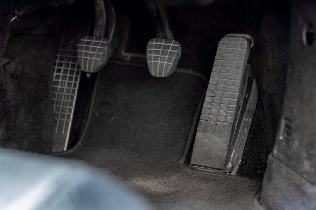Porsche 911 996 C2 has a floor-hinged throttle