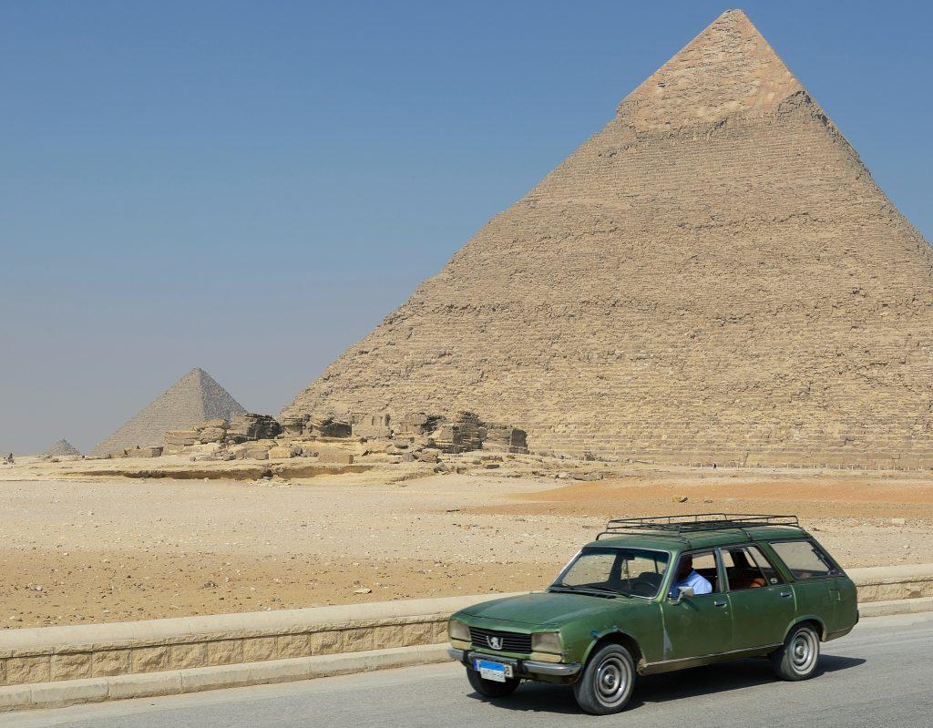 Peugeot 504 estate roadtrip through Egypt